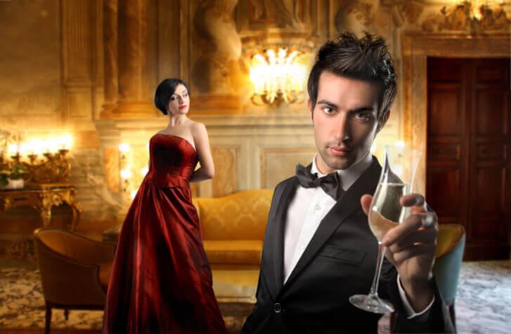 Para świętująca w luksusowym hotelu z szampanem