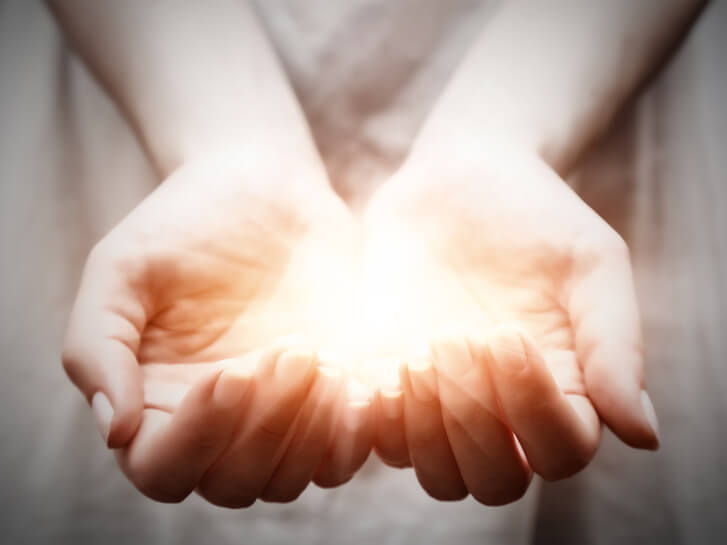 Światło w dłoniach wyrażające wdzięczność - zdjęcie