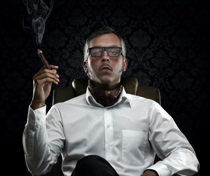 Zdjęcie zarozumiałego i roszczeniowego mężczyzny