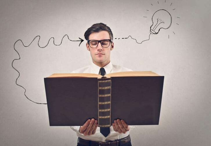 Mężczyzna z książką. Treść książki w jego głowie zmienia się w idee i zrozumienie.