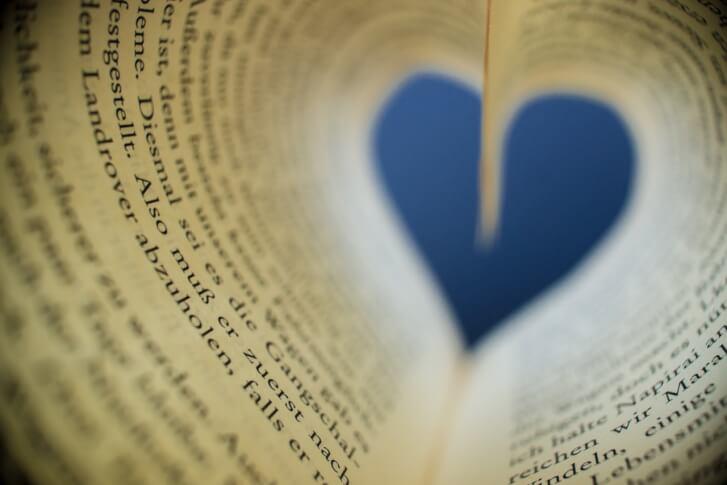 strony książki układające się w serce. Symbol emocji jakie przynoszą książki.