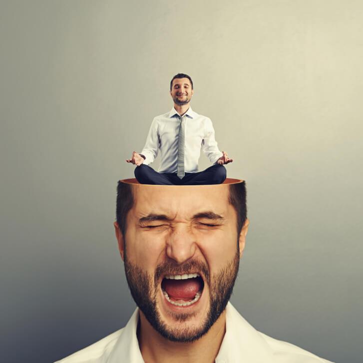 Mężczyzna medytujący na swojej głowie