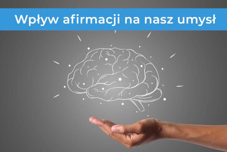 Wpływ afirmacji na nasz umysł. Mózg narysowany kredą na tablicy, a pod nim ludzka dłoń