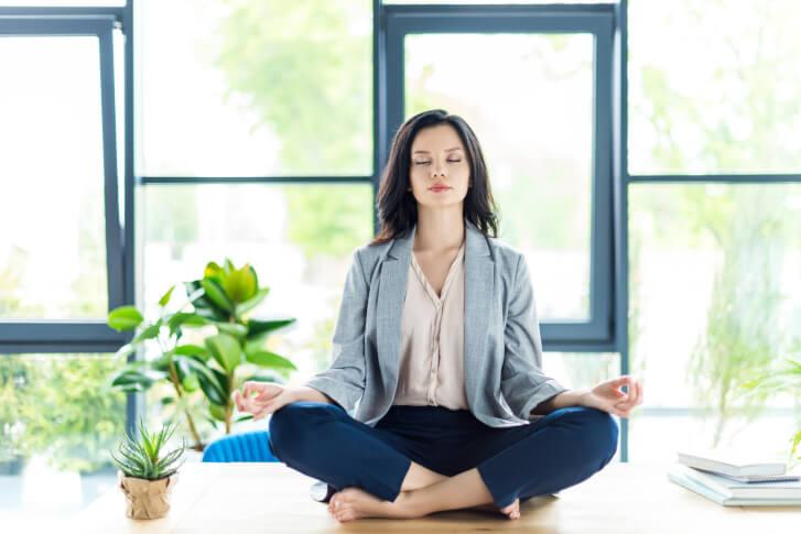 osoba medytuje na biurku w trakcie przerwy