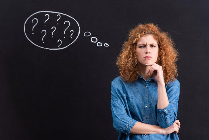 Kobieta myśląca nad pytaniem