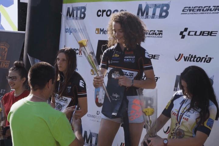 Zwyciężczyznie zawodów sportowych nagradzane na podium